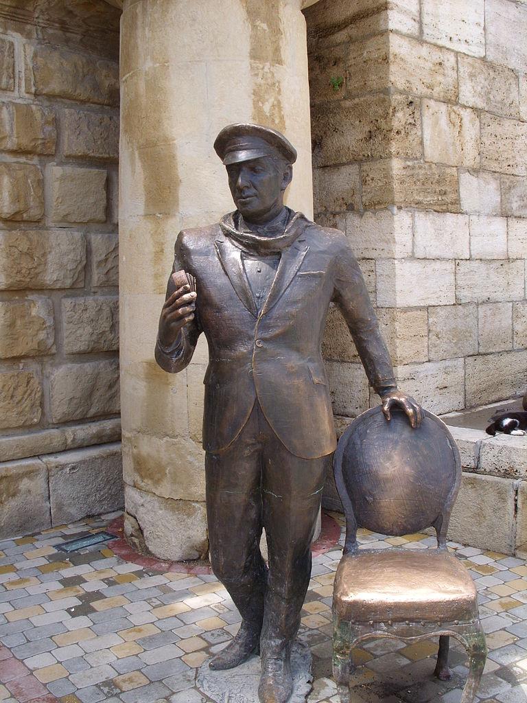 Скульптура Остапа Бендера у входа в Провал
