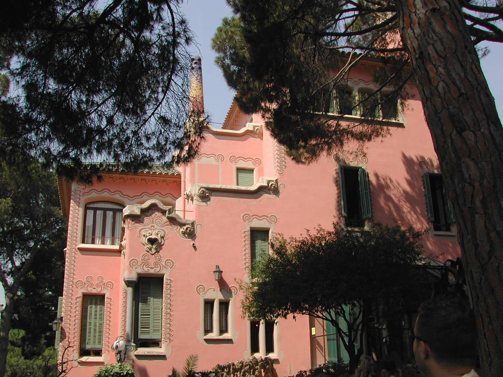 Дом-музей Гауди в Барселоне, фасад