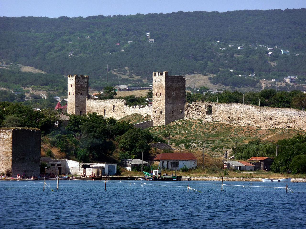Генуэзская крепость XIV ст., вид с Феодосийской бухты