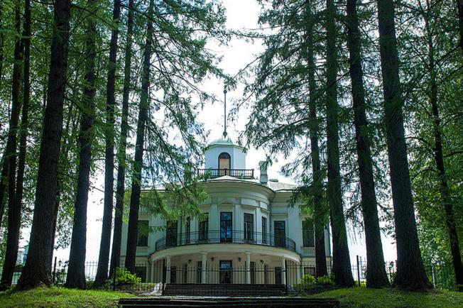 Главный дом усадьбы Середниково
