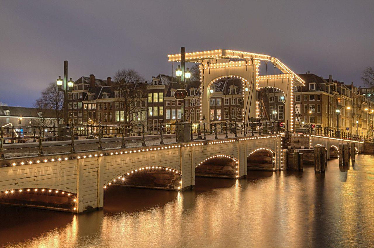 Мост Магере-Брюг в рождественской иллюминации