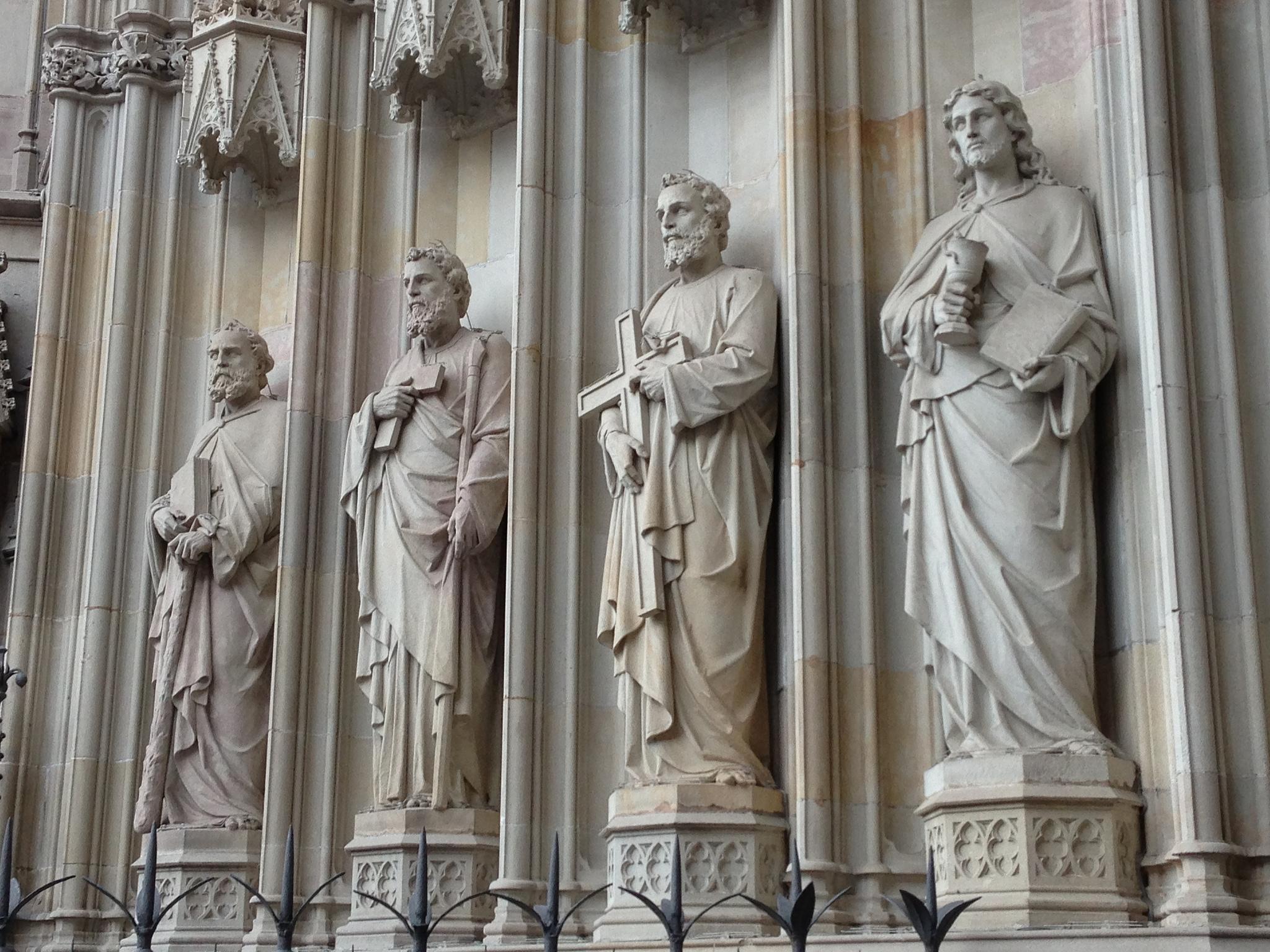 Кафедральный собор Барселоны, статуи святых