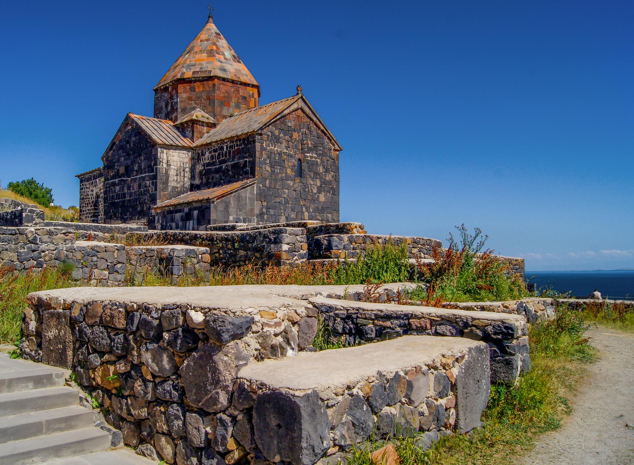 Вид на сурб Аракелоц, монастырь Севанаванк