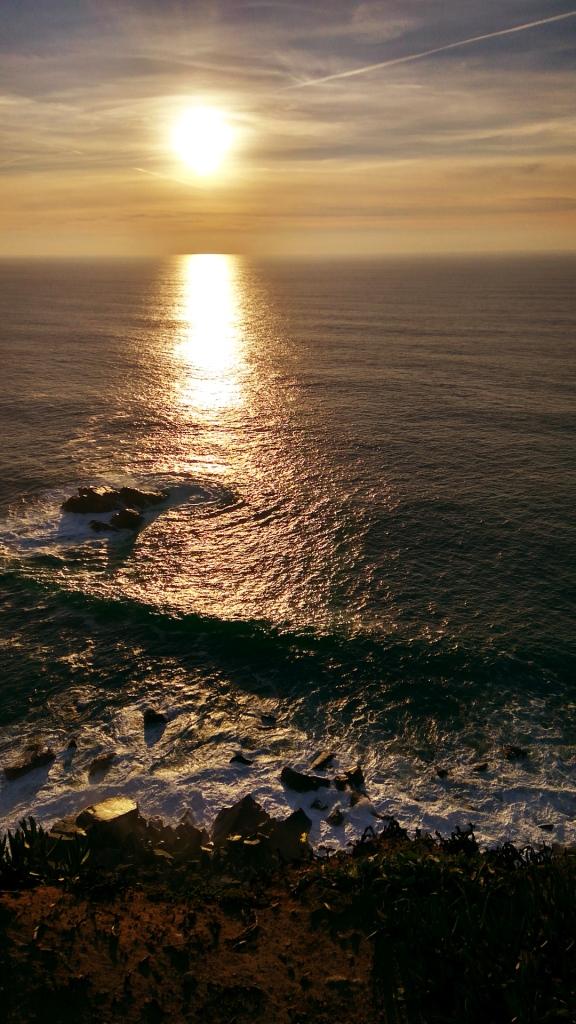 Закат солнца над водами Атлантического океана, мыс Рока