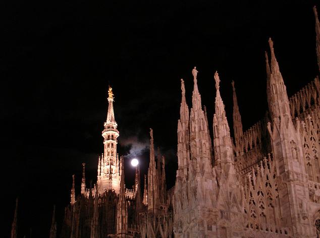 Ночной вид на собор Дуомо, Милан, Италия.jpg