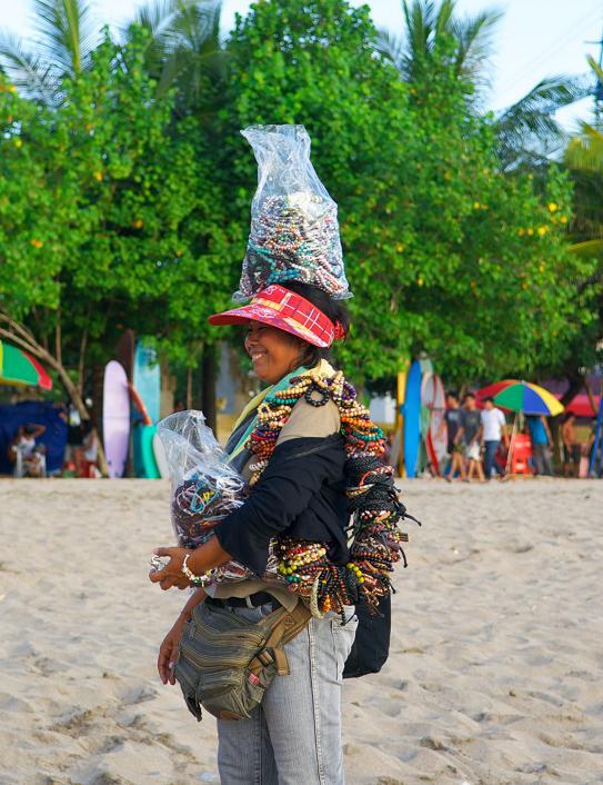 Торговцы сувенирами на пляже, Кута.jpg
