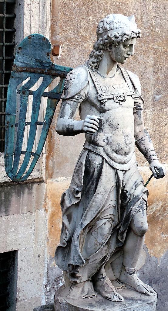 Замок Святого Ангела, мраморная статуя во внутреннем дворе