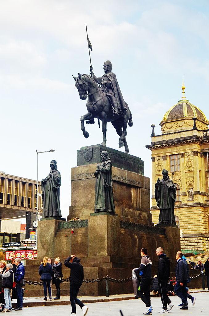 Вид на памятник Святому Вацлаву в Праге