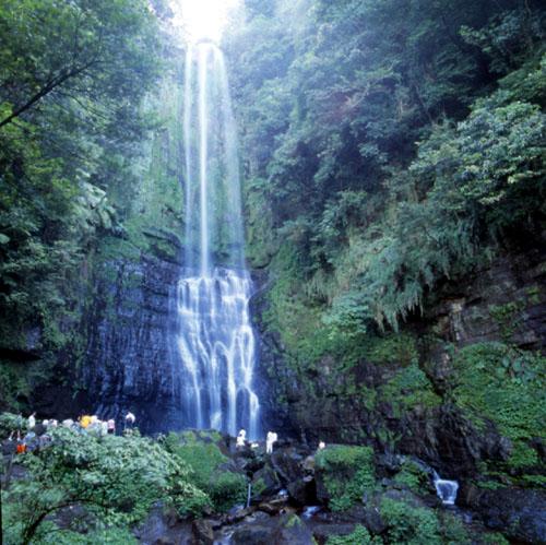 Водопад в уезде Илань, Тайвань.jpg