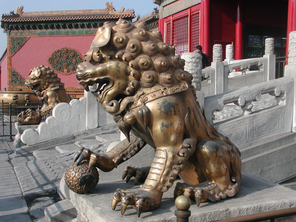 Запретный город, позолоченный лев перед Дворцом Безмятежного долголетия
