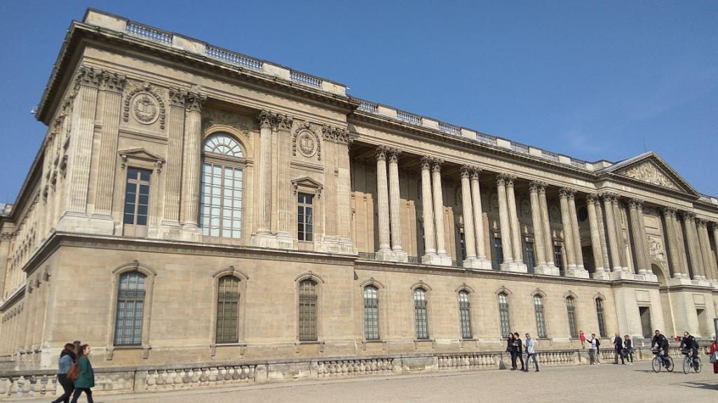 Здание музея Лувра, Париж
