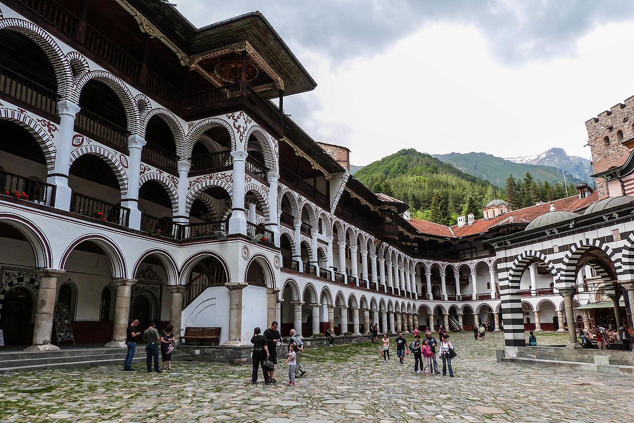 Рильский монастырь, колоннада