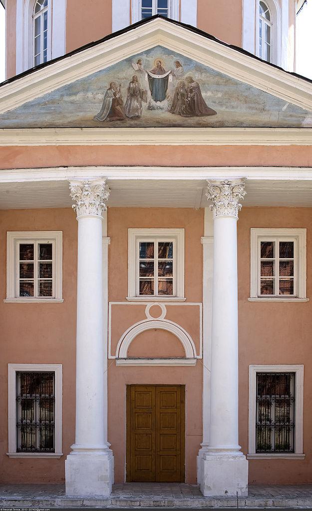 Территория Покровского Хотьковского женского монастыря, вход в собор Покрова Пресвятой Богородицы