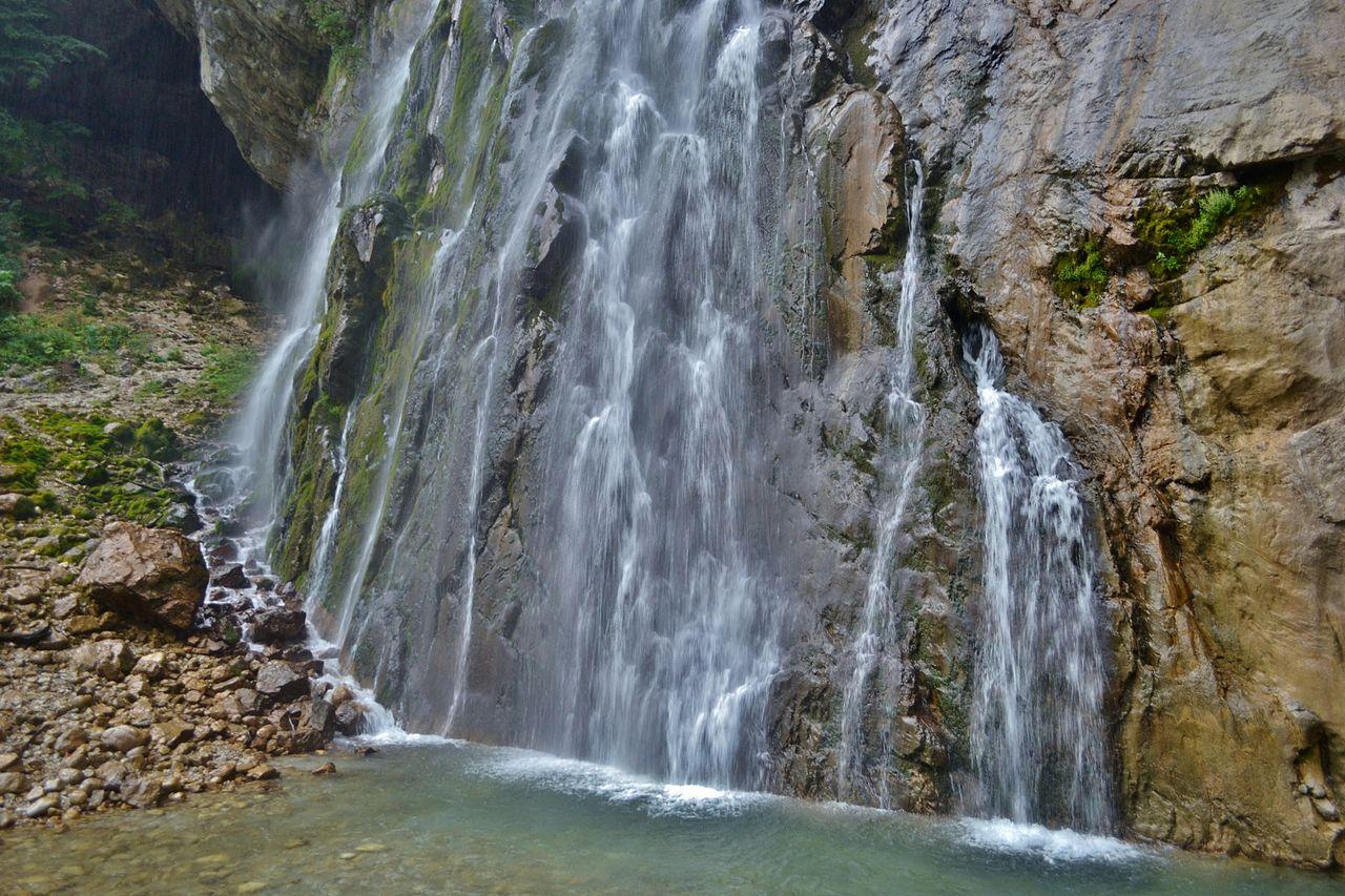Гегский водопад и вход в грот (слева вверху)