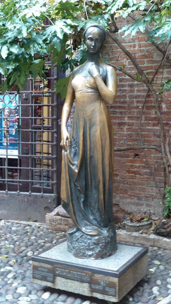 Дом Джульетты, статуя Джульетты во дворе