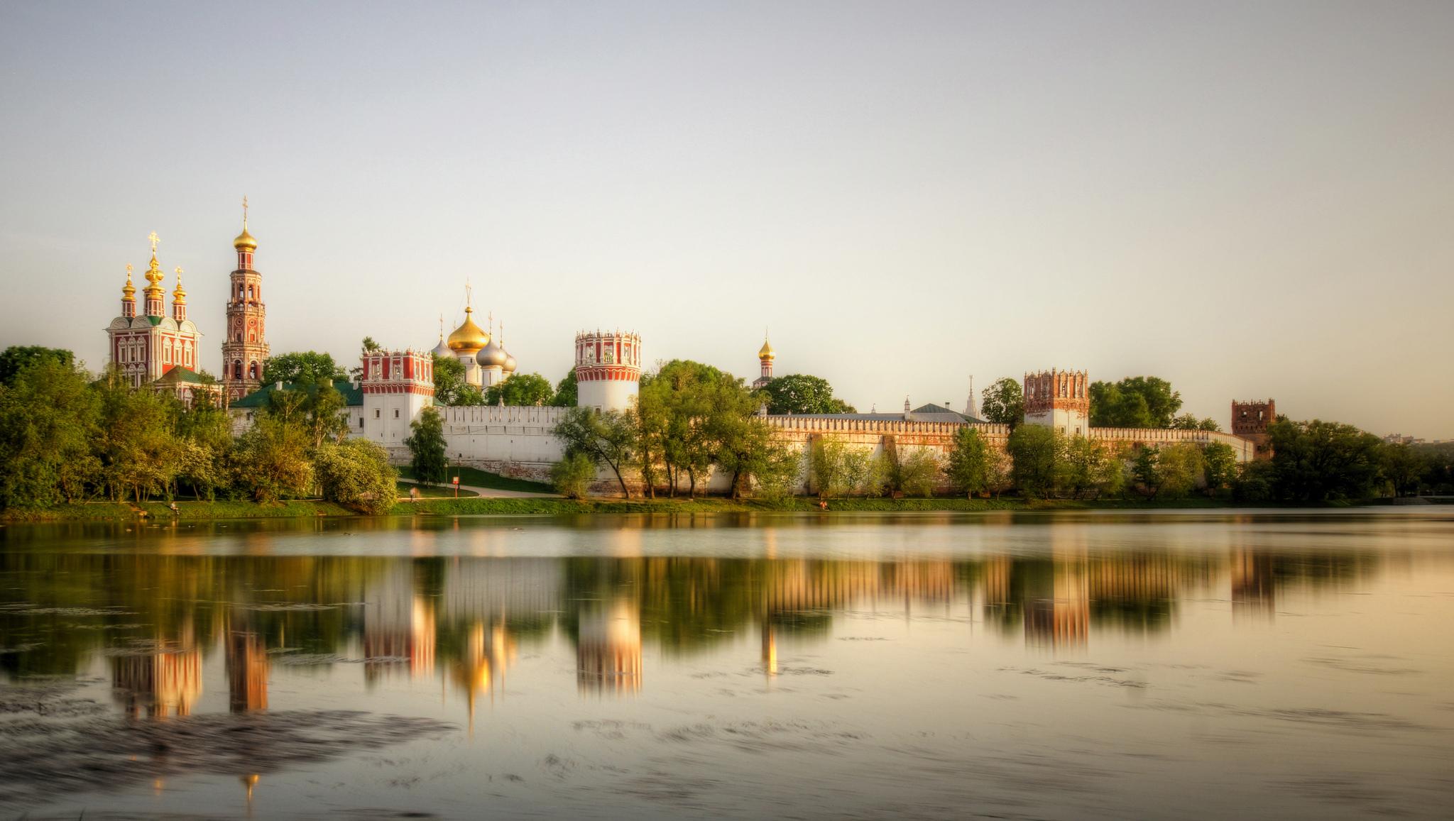Новодевичий монастырь на водах Большого Новодевичьего пруда