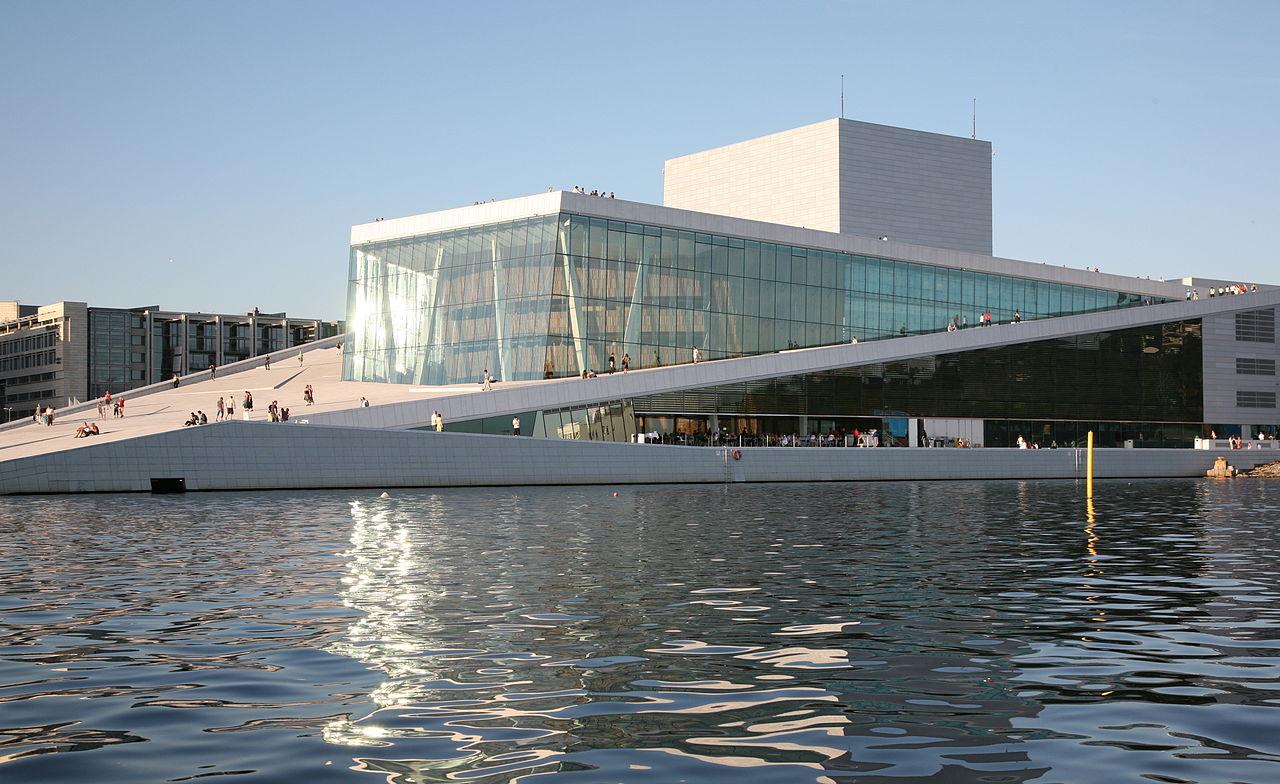 Оперный театр Осло на берегу Осло-фьорда