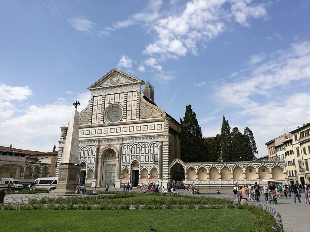 Вид на Базилику Санта-Кроче во Флоренции, Италия