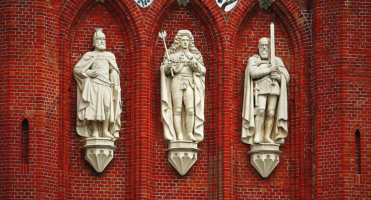Горельефы на Королевских воротах