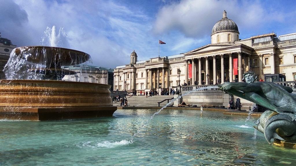 Фонтан на Трафальгарской площади перед Национальной галереей, Лондон