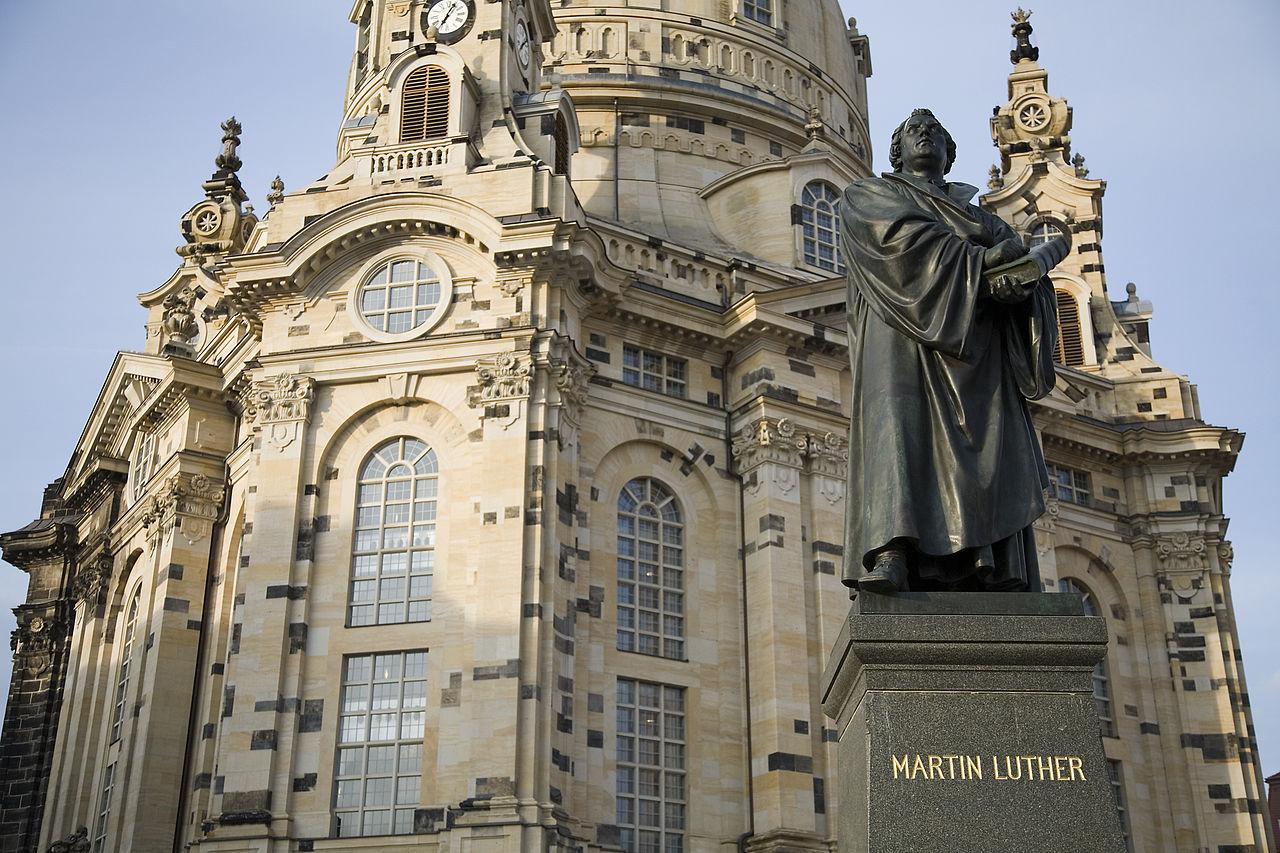 Церковь Фрауэнкирхе, памятник Мартину Лютеру
