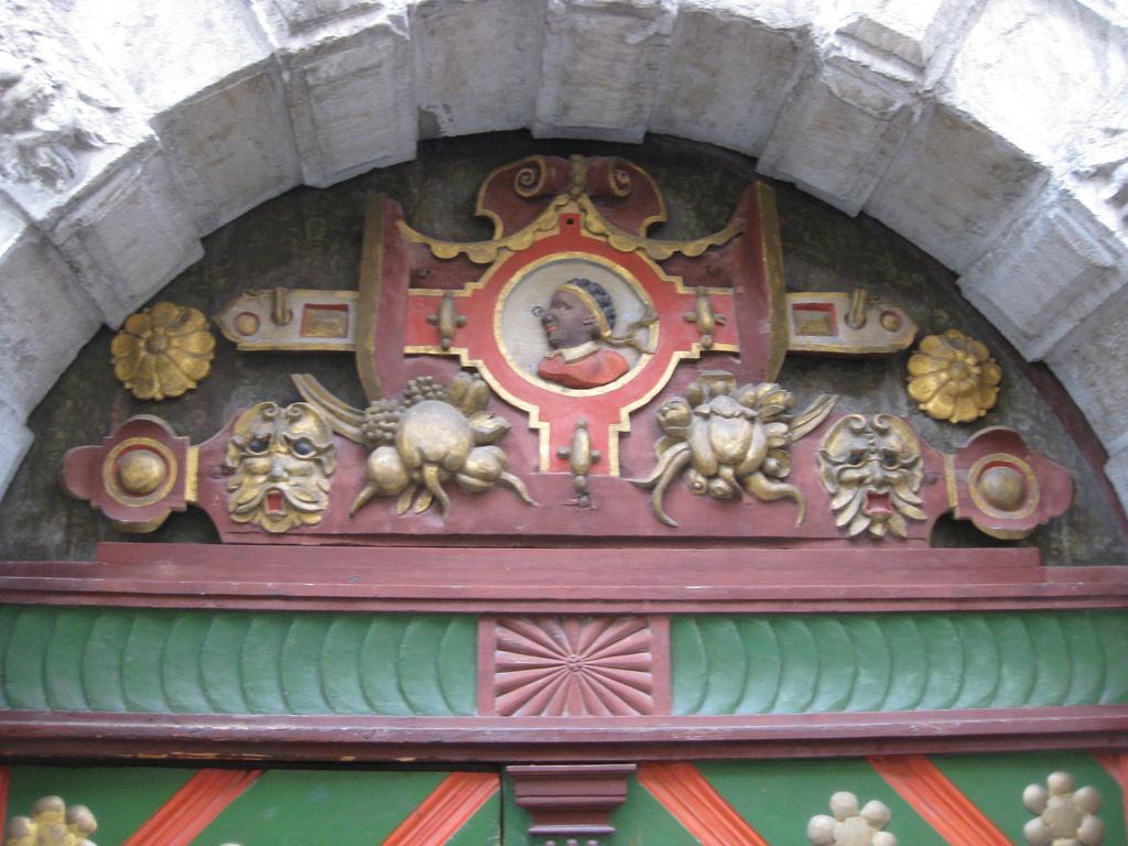 Дом Братства Черноголовых, деталь портала