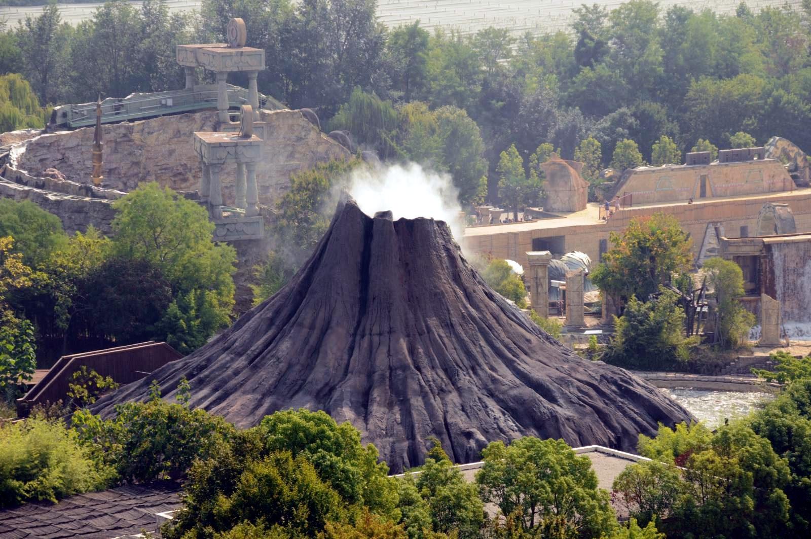 Импровизированный вулкан на территории парка Гардаленд, Италия