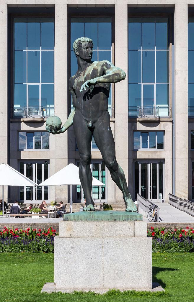 Скульптура перед Немецким музеем гигиены