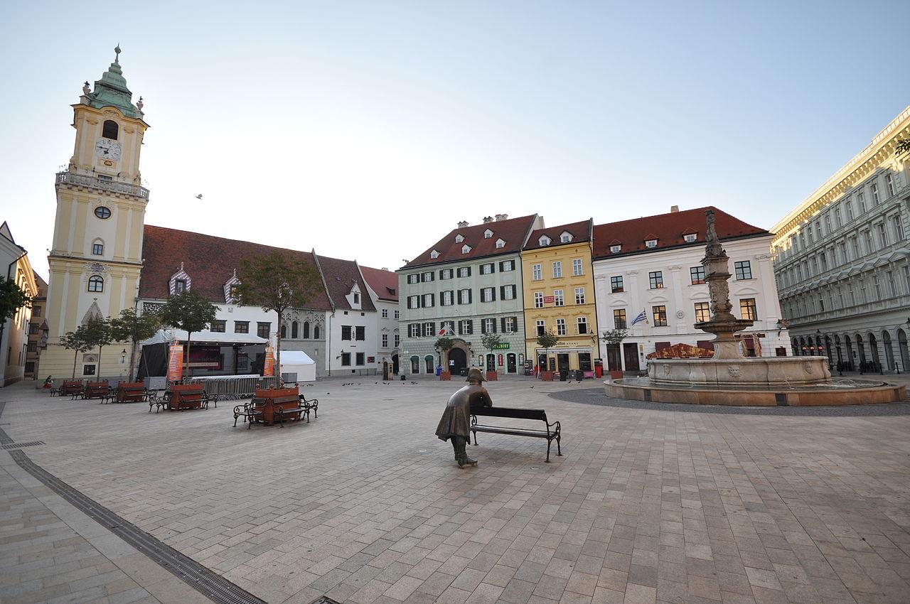 Главная площадь Братиславы, утро