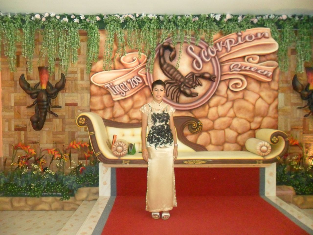 Королева скорпионов в тигровом зоопарке Сирача