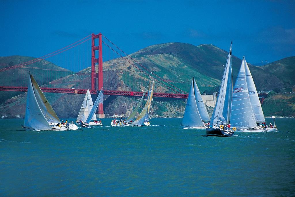 Парусные соревнования у моста Золотые Ворота в Сан-Франциско