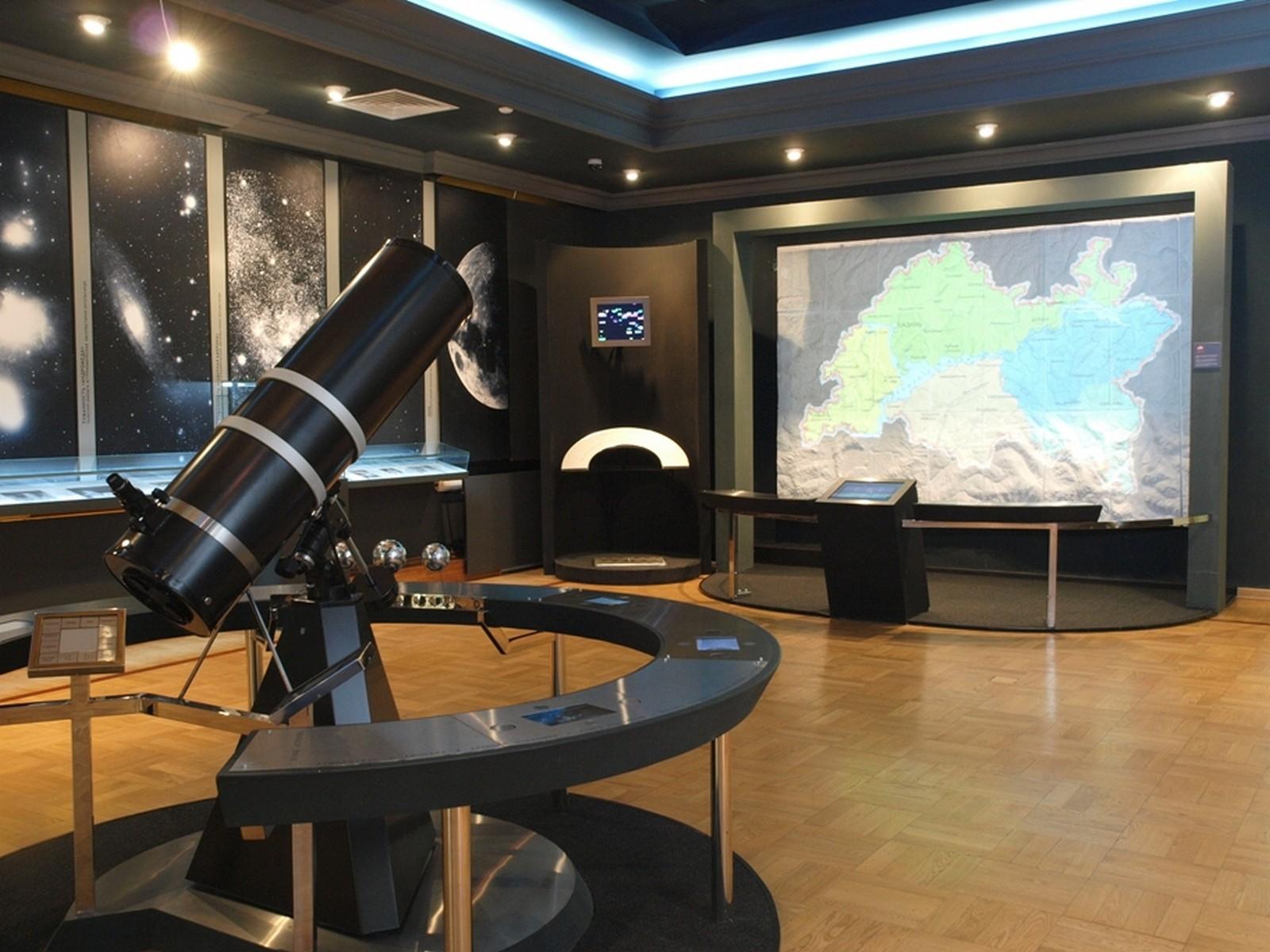Телескоп в зале «Земля и Вселенная»
