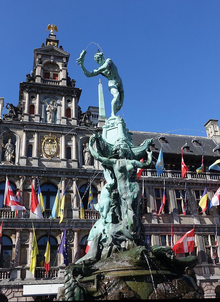 Антверпенская ратуша, памятник Брабо