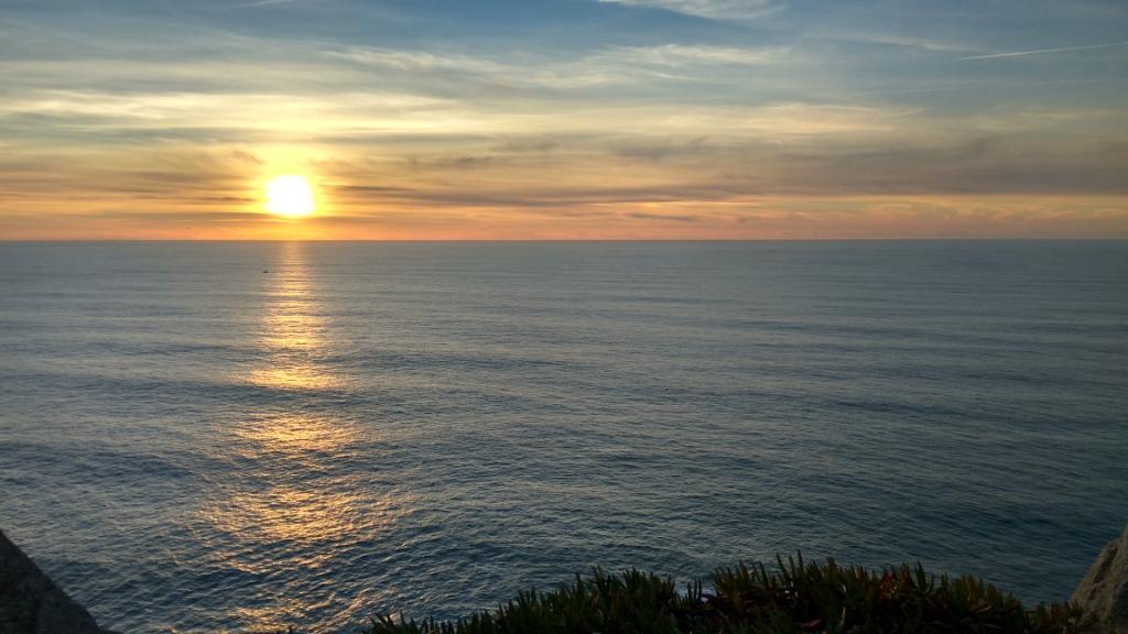 Закат солнца в самой западной точке Европы, мыс Рока