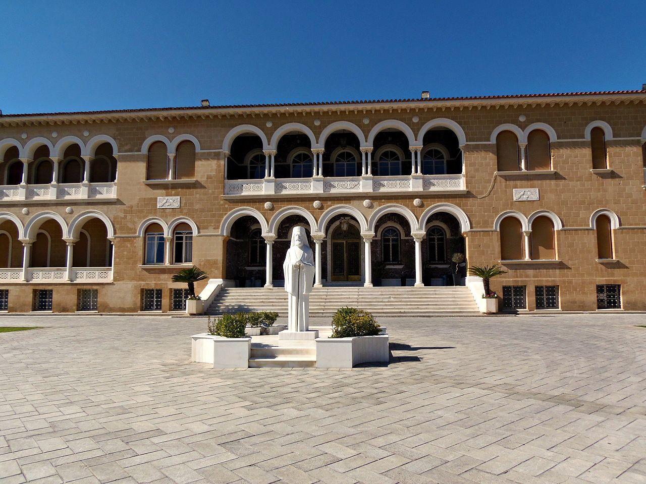 Памятник Архиепископу Макариосу III во Дворце Архиепископа, Никосия