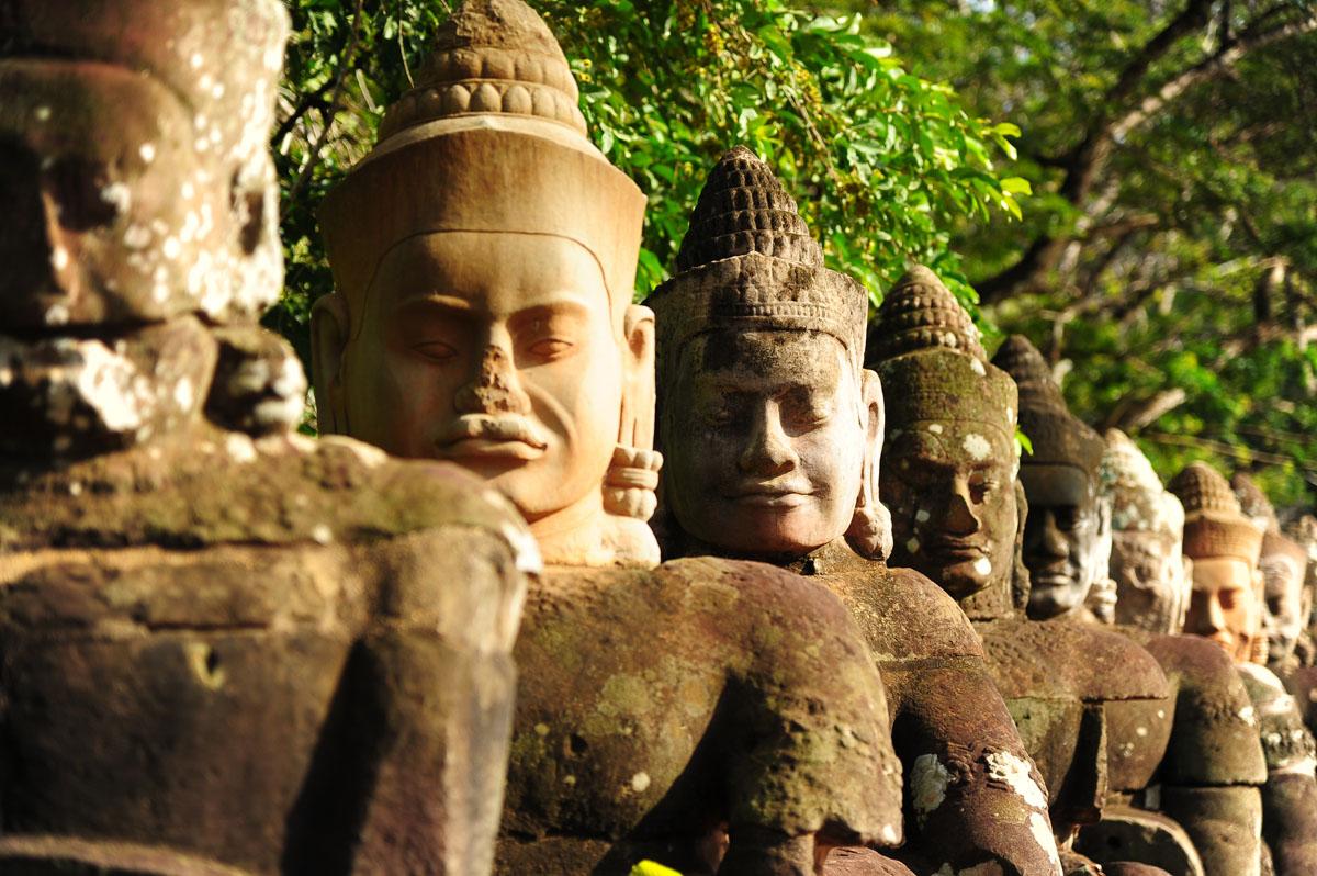 Каменные гиганты у ворот храма Ангкор-Тхом, Камбоджа