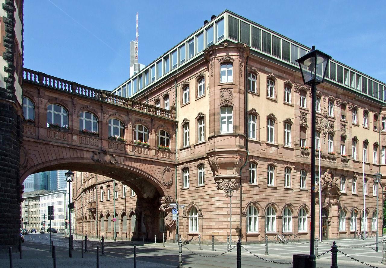 Мост вздохов между северной и южной частями мэрии на площади Рёмер, Франкфурт-на-Майне