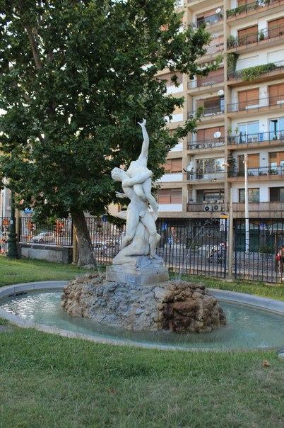Скульптурный фонтан в городском парке, Неаполь.jpg