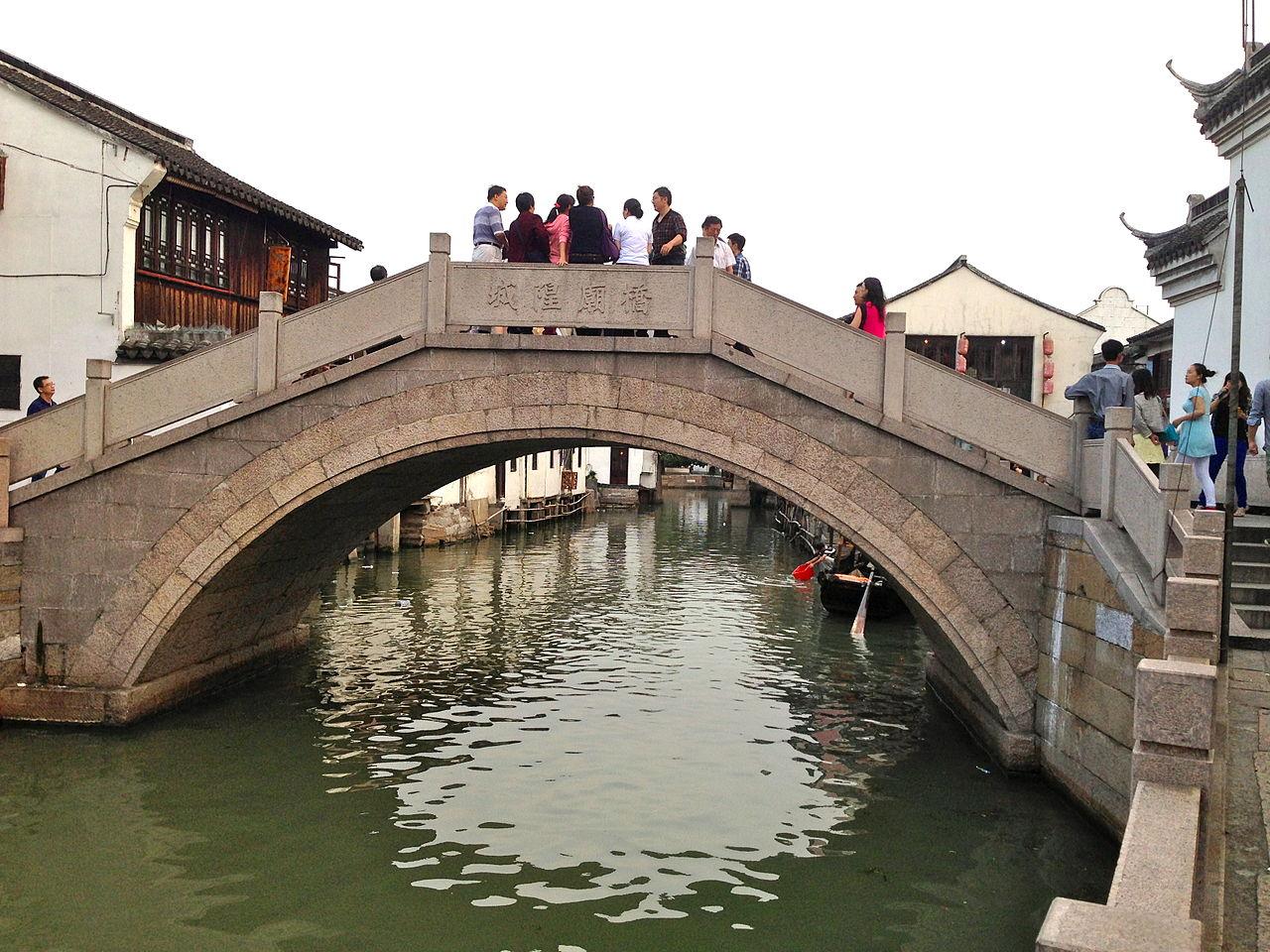 Город на воде Чжуцзяцзяо, каменный мост