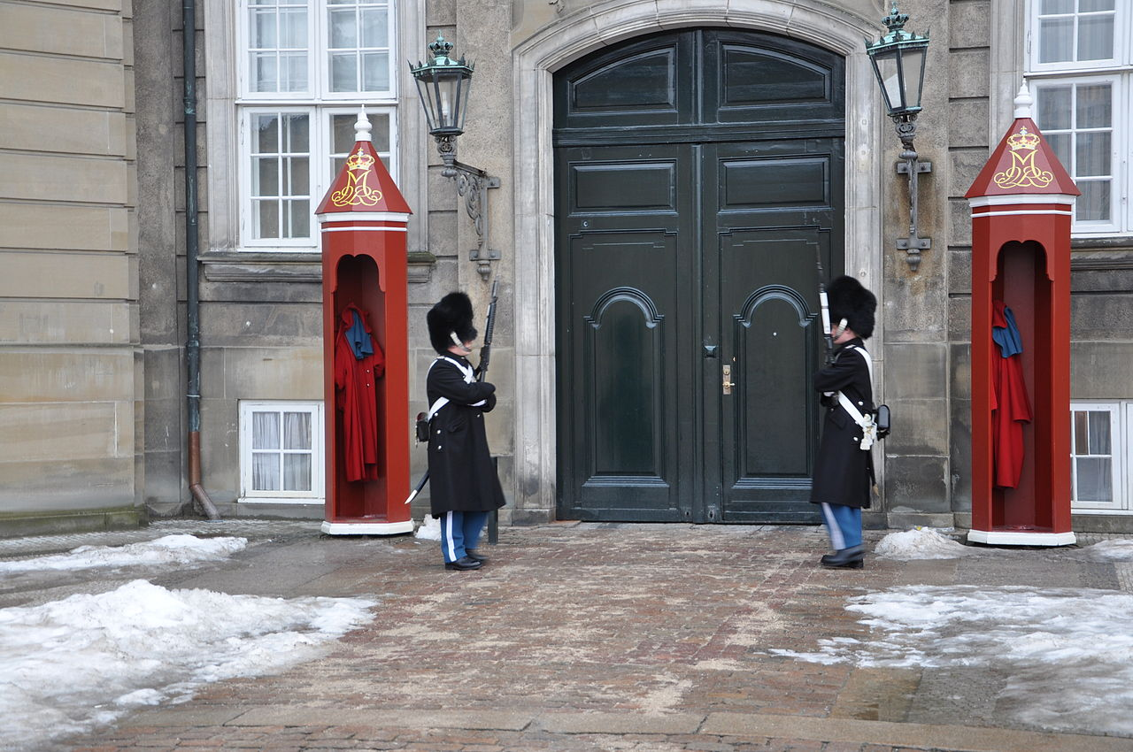 Дворец Амалиенборг; караул Её Величества Королевы Дании Маргреты II