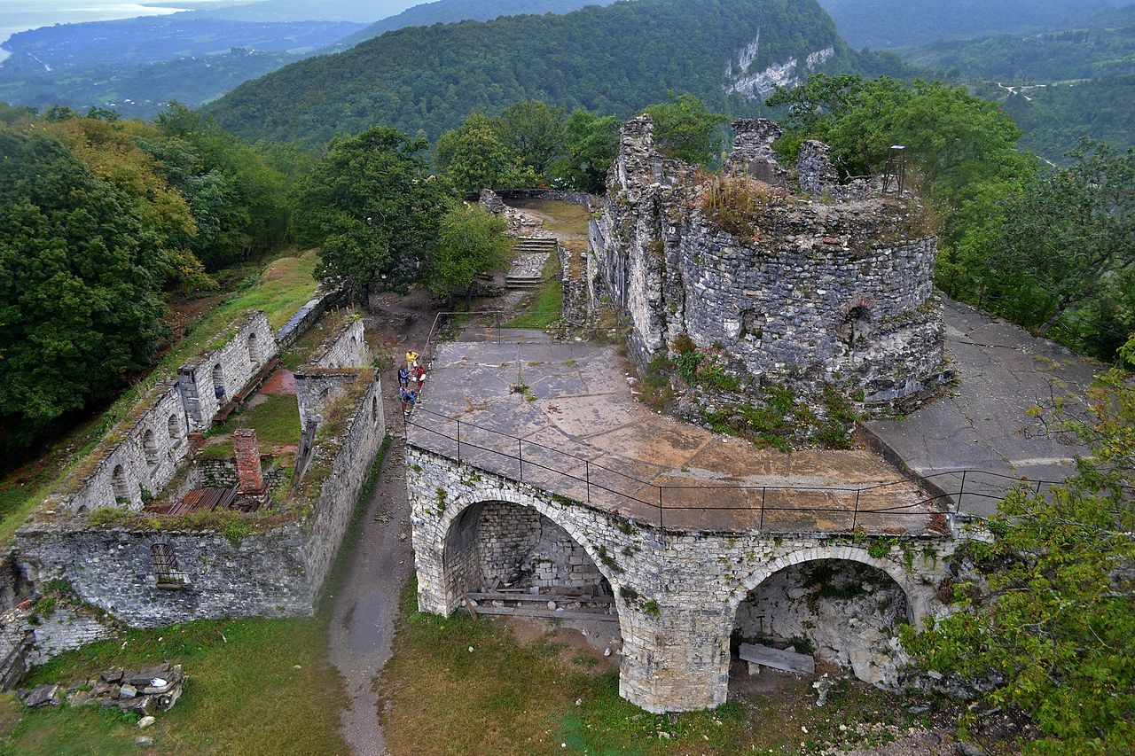 Анакопийская крепость, двор