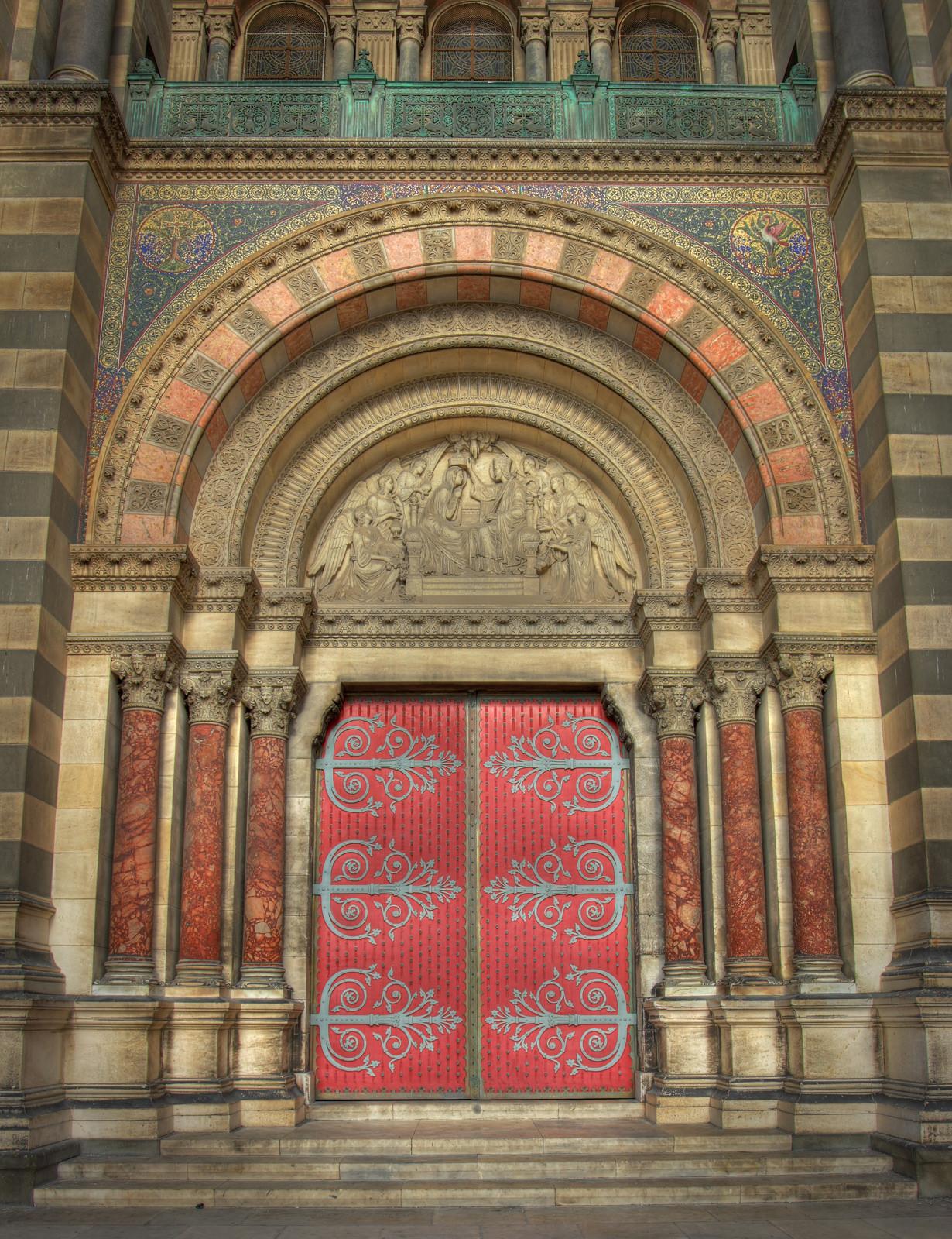 Кафедральный собор Марселя, вход