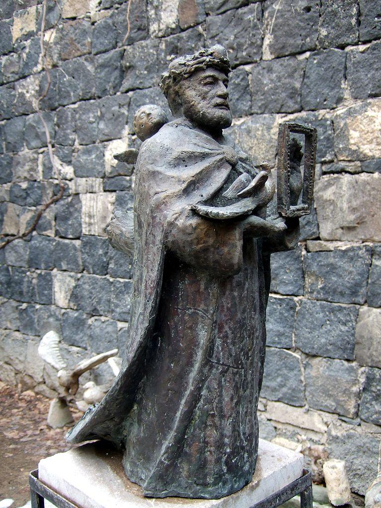 Музей Сергея Параджанова, статуя во дворе