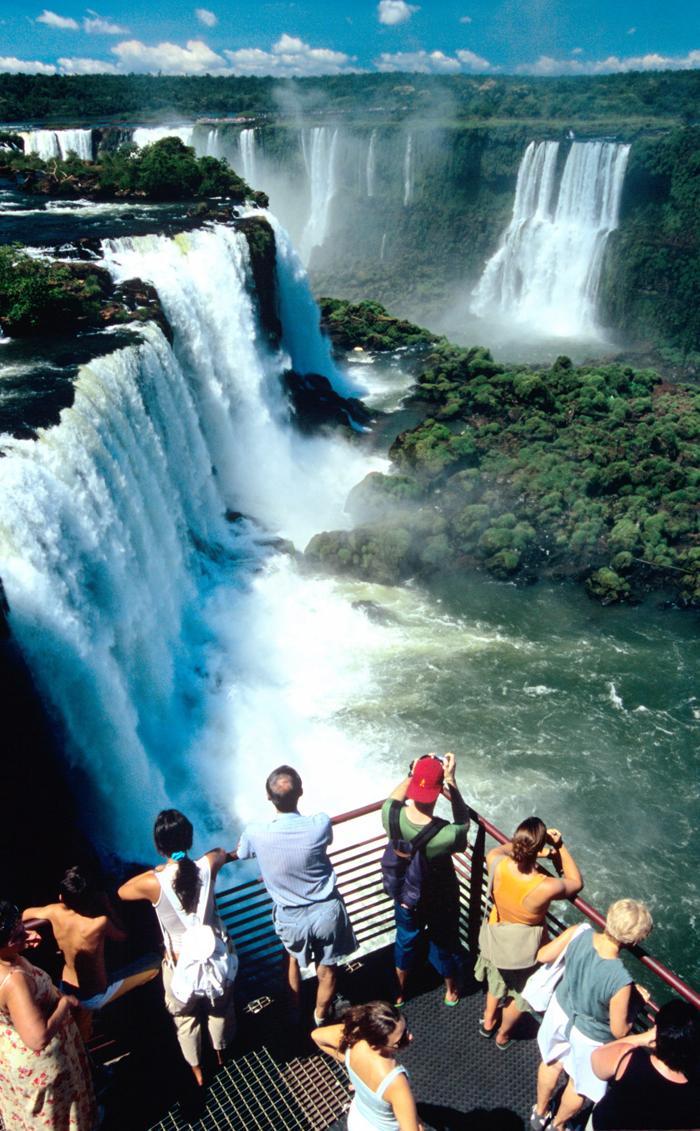 Туристы на водопадах Игуасу