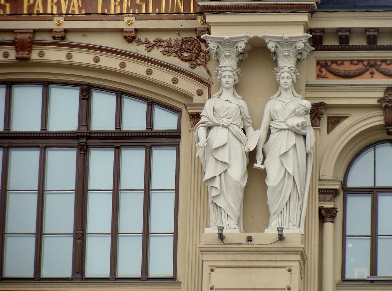 Художественный музей Атенеум, кариатиды на фасаде здания