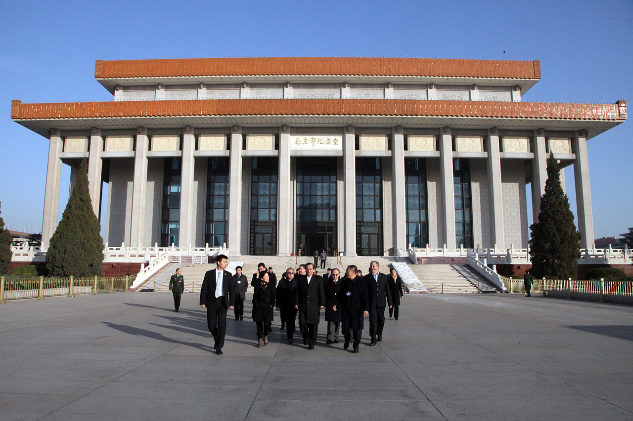 Площадь Тяньаньмэнь, мавзолей Мао Цзэдуна.