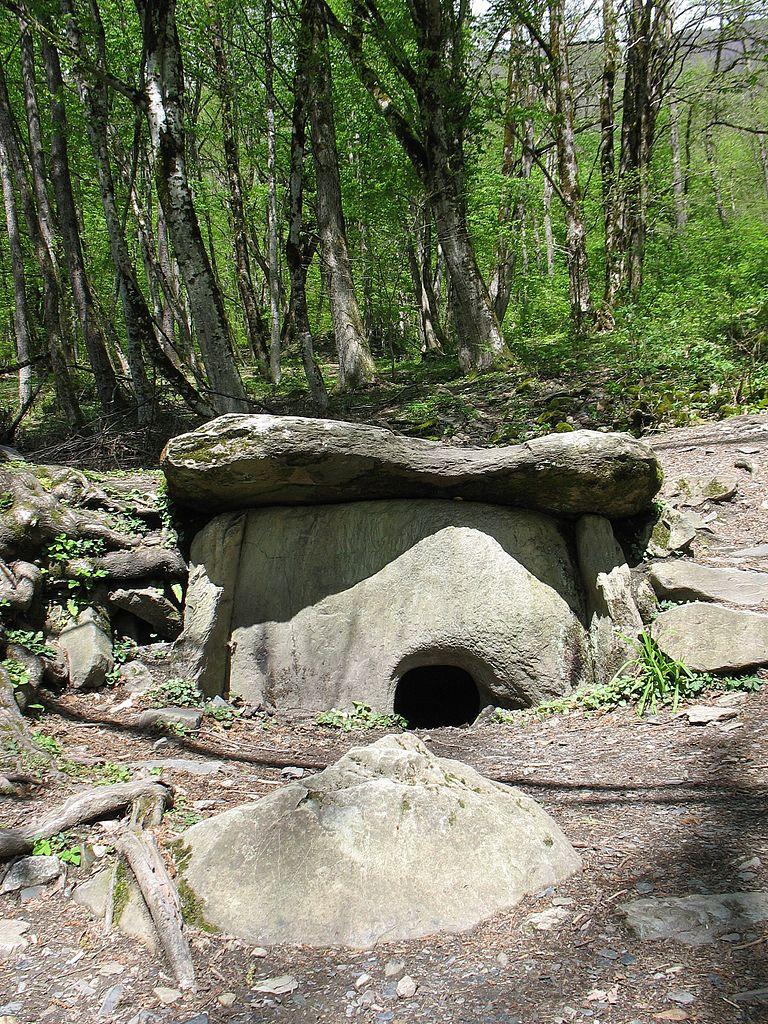 Дольмен в Красной Поляне, подножие горы Ачишхо
