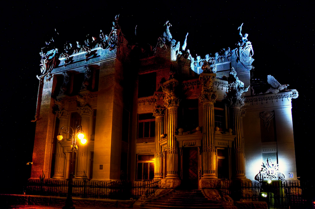 Дом с химерами вид ночью