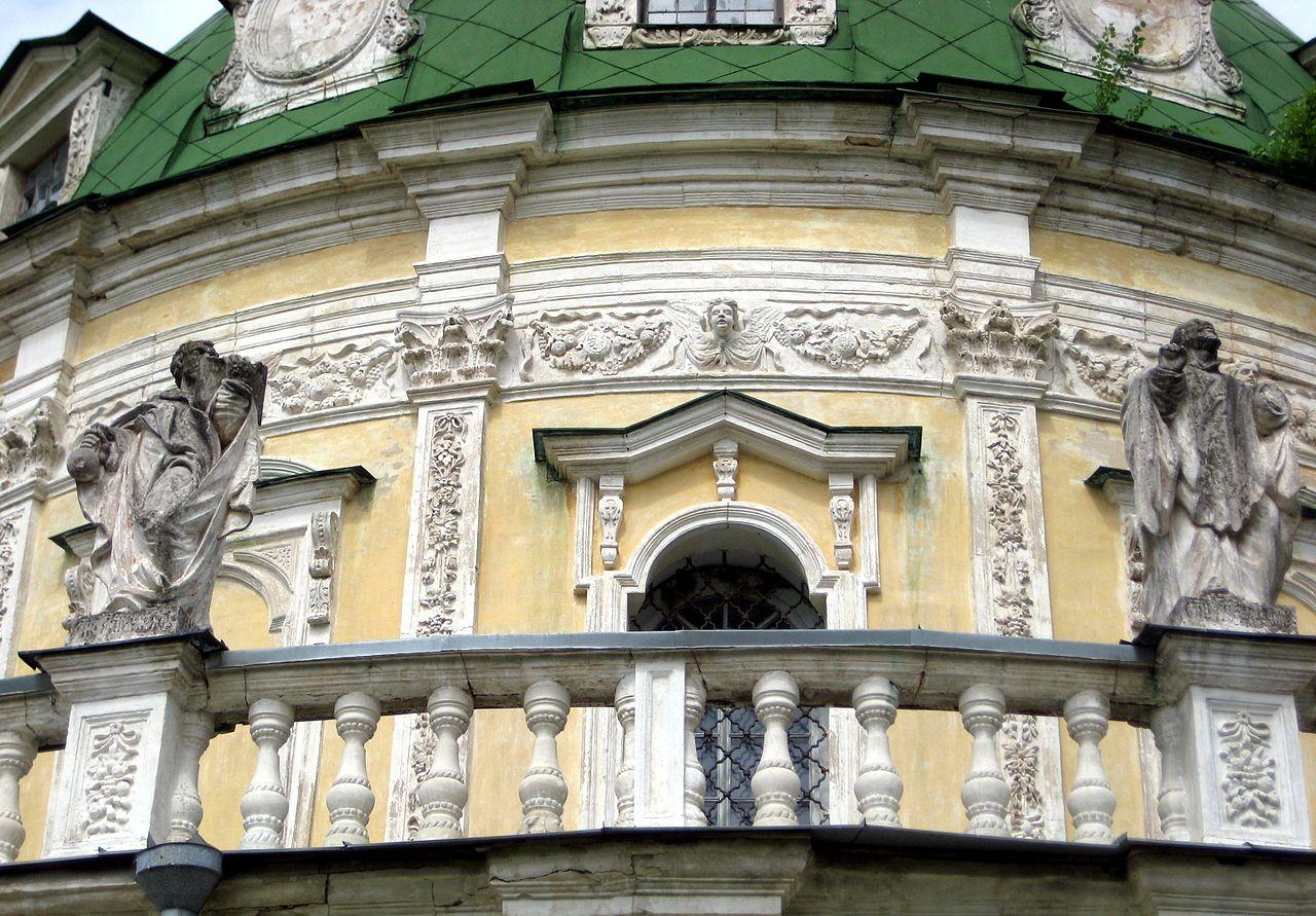 Церковь Рождества Богородицы в Подмоклово, статуи апостолов и евангелистов