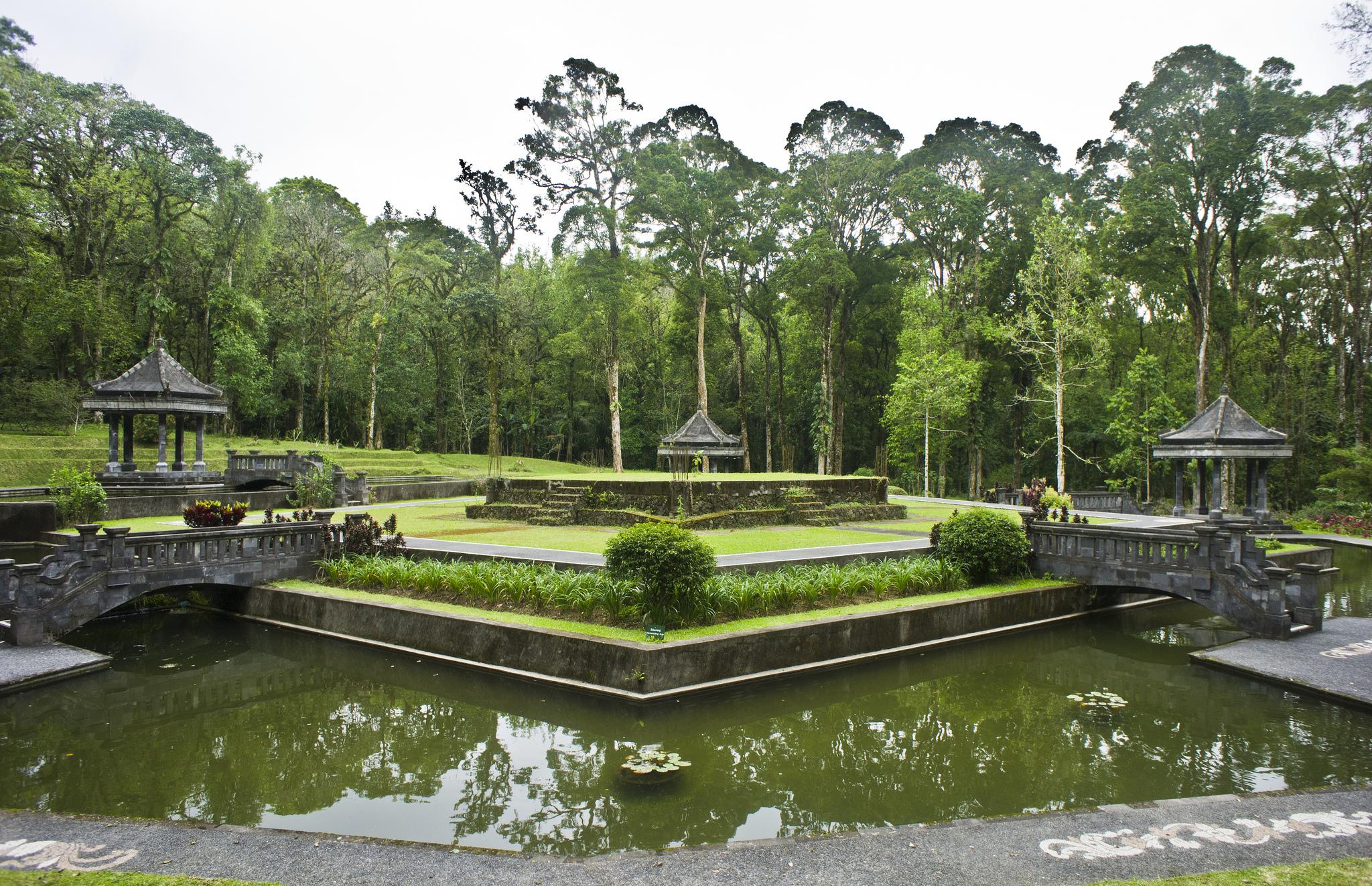 Ботанический сад Бали, пруд с беседками
